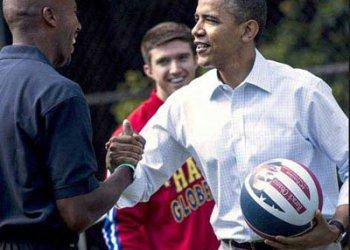 奥巴马身着订做衬衣工作服与退役球星打球被罚俯卧撑