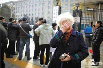 铁道部撤并 退休职工穿定做工作服拍照留念