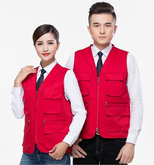 大红色多口袋带拉链订做工作服马甲款式